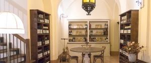Interno dello showroom della cantina Cui Cui dove e' possibile prenotare la degustazione dei vini...